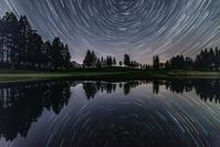 青森県 池に写る星の光跡