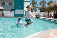 プールで遊ぶ外国人の子供