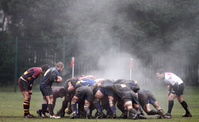 イギリス ラグビー スクラムで選手の体から立ち上がる湯気