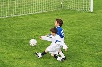 サッカーの試合に出る子供
