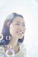 シャボン玉と笑顔の20代日本人女性