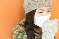 マスクをして咳込む日本人女性