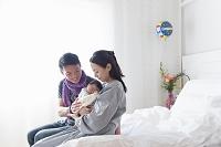 赤ちゃんを抱く母親と父親