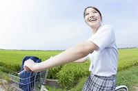 自転車通学する女子高校生