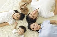 リビングで寝転ぶ日本人家族の俯瞰写真