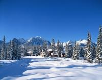 カナダ 雪景色の中のロッジ