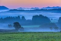 岡山県 霧の蒜山高原と山並み