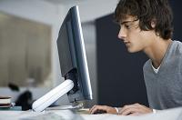 コンピューターを使用する男性