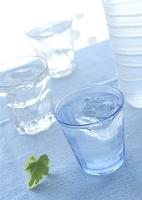 グラスの冷えた水とミネラルウォーター