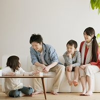 積み木で遊ぶ女の子と日本人家族
