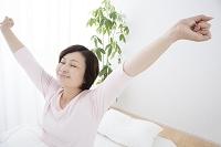 伸びをするミドル日本人女性