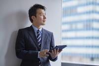 タブレットを持つ日本人ビジネスマン