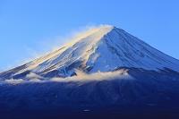 山梨県 朝日に染まる真冬の富士山
