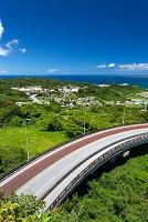 沖縄県 ニライカナイ橋と久高島(左奥)