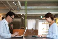 パソコンを操作する日本人ビジネス男女