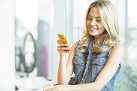 スマートフォンを使う外国人女性