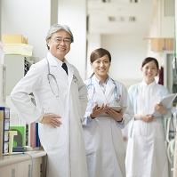 病院で微笑む医者と看護師