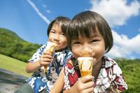 アイスクリームを食べる双子の兄弟