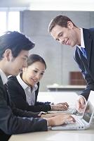 ノートパソコンで資料を確認する日本人ビジネスパーソン