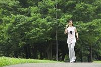 ウォーキングをする中年日本人女性