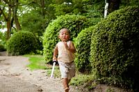 おもちゃの刀を持って走る子ども