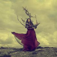 木の枝を持つ女性