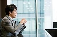 手を組む日本人ビジネスマン