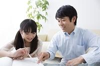 勉強する娘と教える父