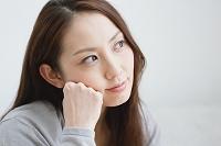 若い日本人女性の表情