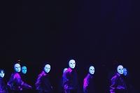 マスクをつけて踊る集団