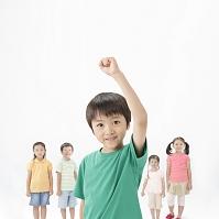 ガッツポーズの日本人の男の子と後ろに立つ子供達