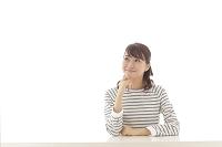 考え事をする若い日本人女性