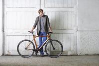 自転車を持つ若い男性