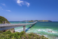 新緑の角島大橋と青い海