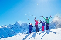 スキーを楽しむ家族