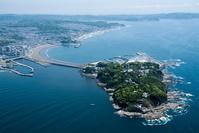 神奈川県 江の島より東浜海水浴場と鎌倉方面の海岸線