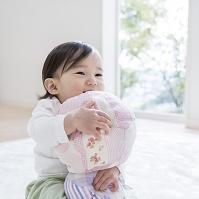 おもちゃのボールを抱く女の子