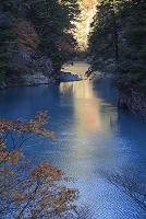 秋の寸又峡の湖面