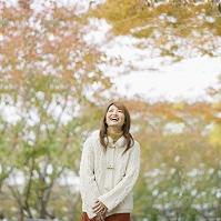 紅葉の中で笑う日本人女性