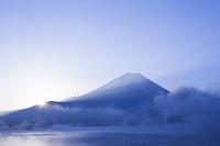 山梨県 本栖湖からの夜明けの富士山