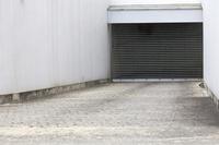 地下駐車場へのスロープ