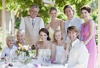 結婚式で笑顔の外国人家族