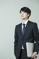 スーツ姿の20代日本人男性
