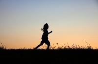 河川敷を走る少女
