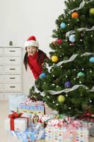 クリスマスツリーとサンタ帽子の女の子