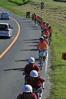 ヘルメット着用の自転車の中学生
