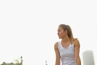 ジョギングする若者の外国人女性