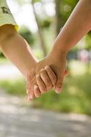 手を繋ぐ日本人の子供