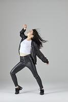 ダンスをする日本人女性