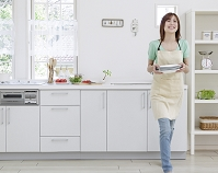 食器を運ぶ日本人女性